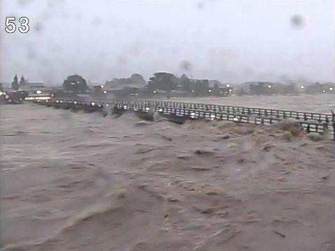 台風18号午前6時頃の渡月橋