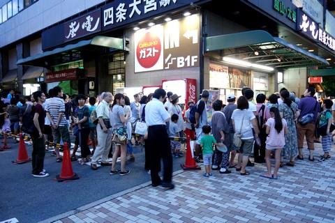 嵐電妖怪電車2014 四条大宮駅切符待ちの列