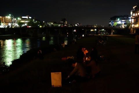 鴨川で皆既月食を見物する人たち