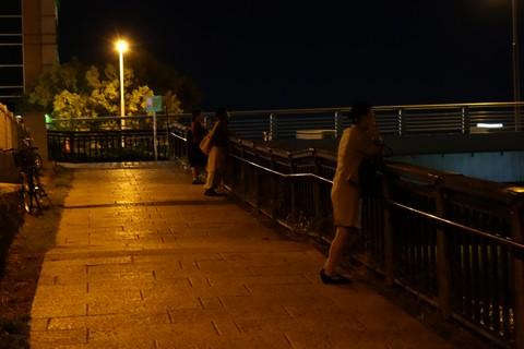 鴨川で皆既月食を見る人たち