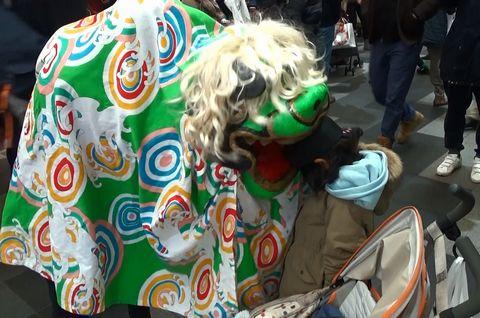 子どもの頭を噛む獅子舞
