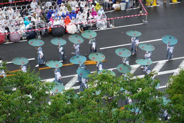 2015雨の祇園祭前祭 山鉾巡行 函谷鉾の雨傘