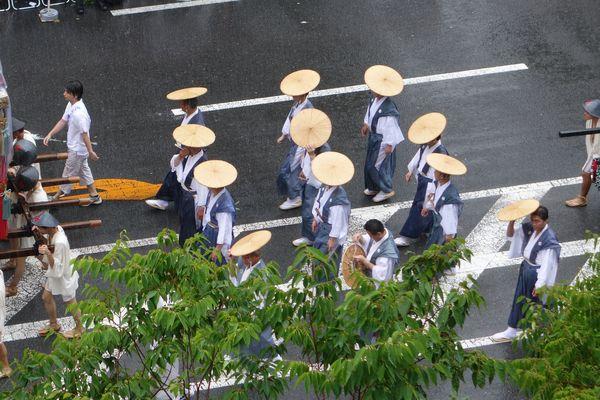 2015雨の祇園祭前祭 山鉾巡行 山伏山の雨傘