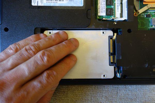 Endeavor NY3200S ハードディスクを装着
