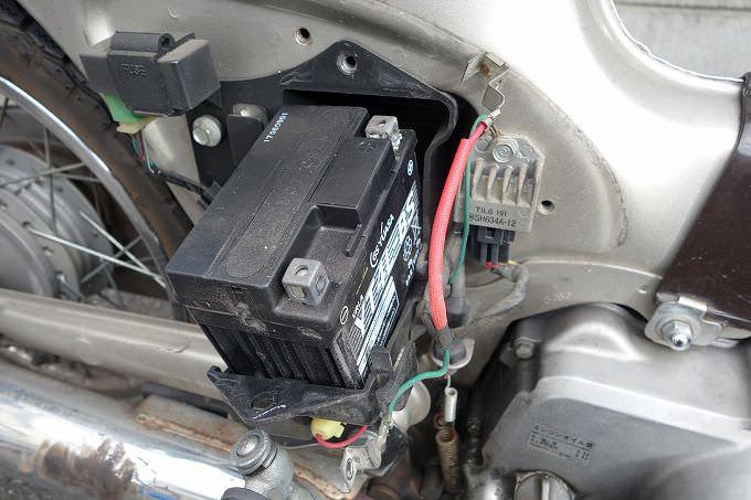 カブ バッテリー端子取り外し