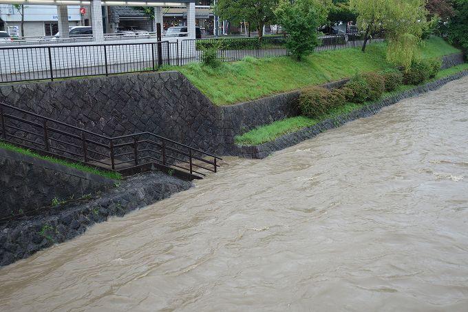 増水した鴨川河川敷
