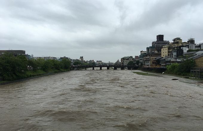 増水した鴨川 三条大橋