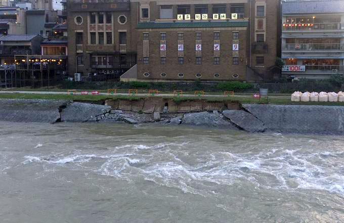 崩壊した鴨川の護岸